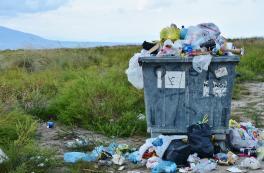 Überquellende Mülltonne